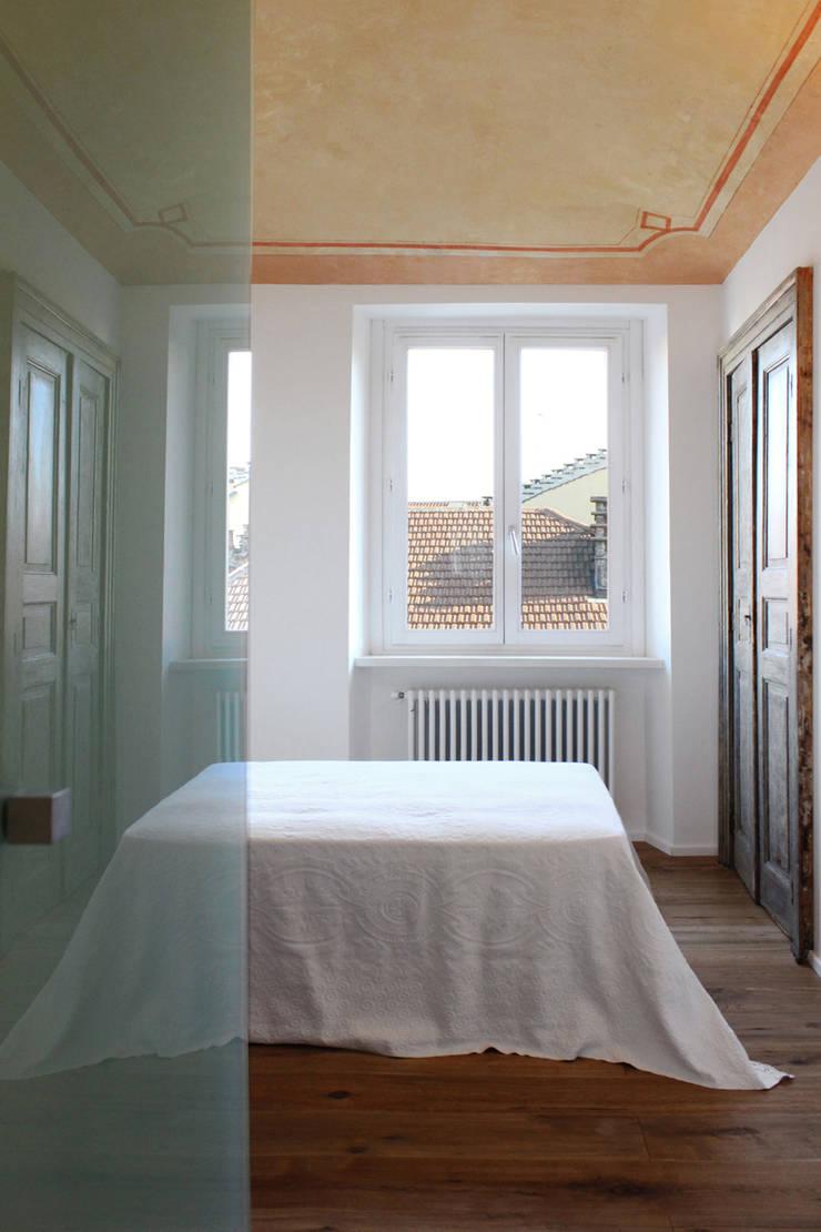 Twice B: Camera da letto in stile  di Archisbang