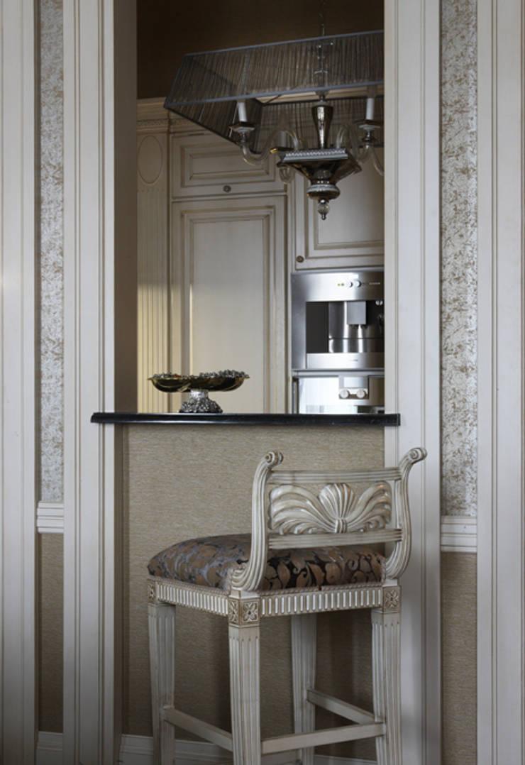 Villa in Russia: Cucina in stile in stile Classico di Scultura & Design S.r.l.