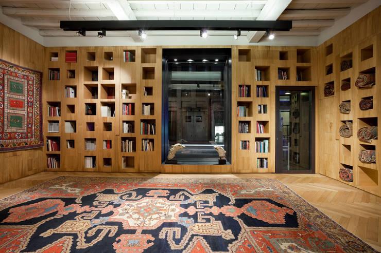 Negozio di tappeti antichi: Negozi & Locali commerciali in stile  di Studio RBA