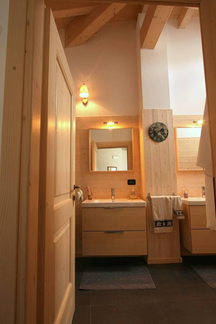 Casa Pinè: Bagno in stile  di Cubisoft