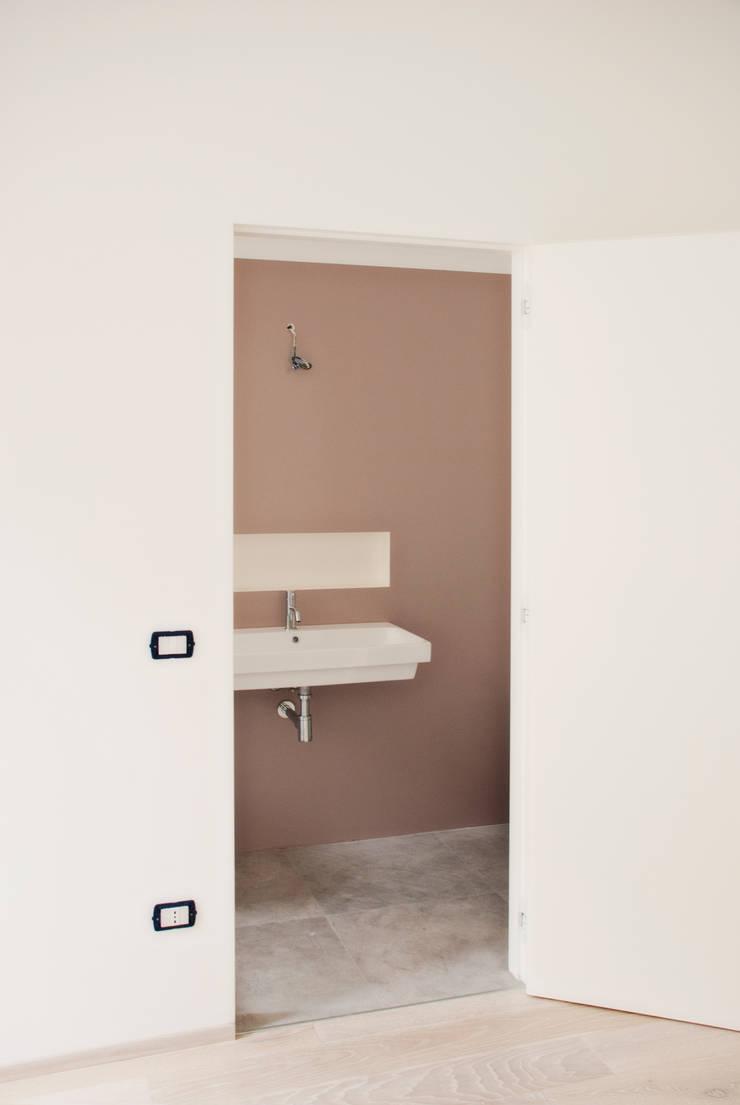 bagno padronale: Bagno in stile in stile Moderno di Gru architetti