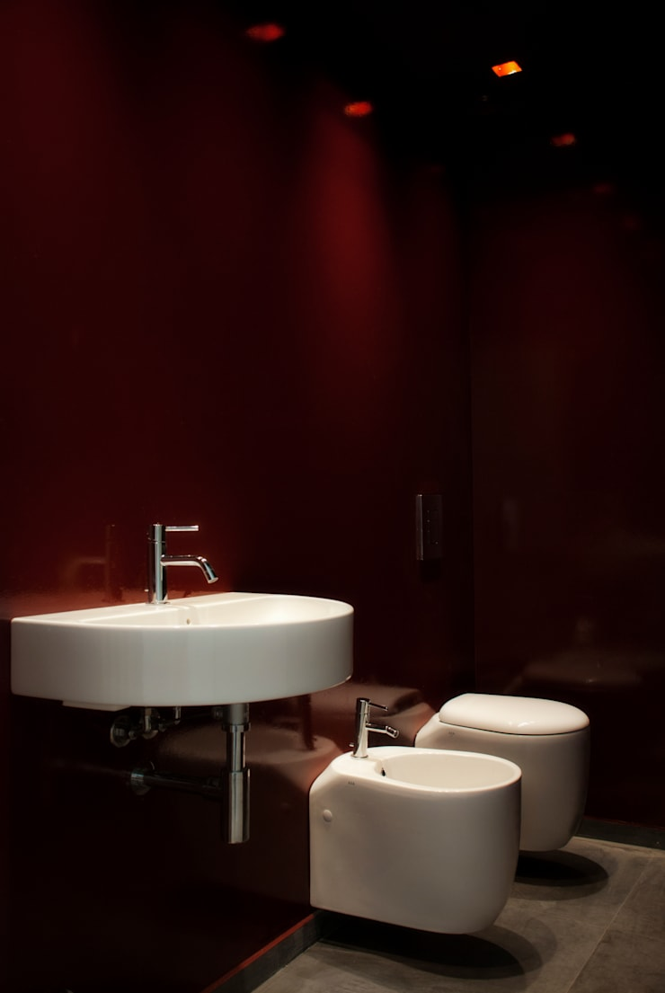 bagno di servizio: Bagno in stile in stile Moderno di Gru architetti