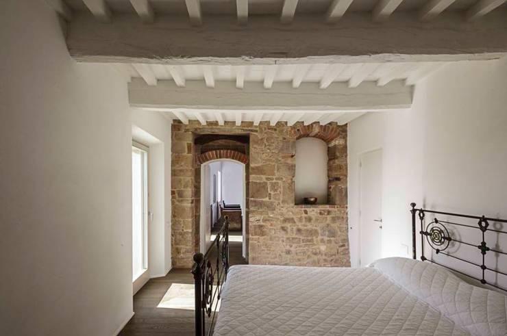 casa A2: Camera da letto in stile  di vps architetti