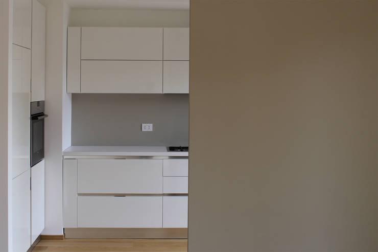 tra pranzo e cucina: Cucina in stile  di Gru architetti
