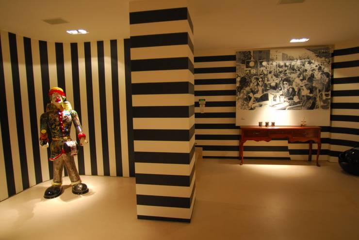 Villa in Tel Aviv: Ingresso & Corridoio in stile  di Scultura & Design S.r.l.