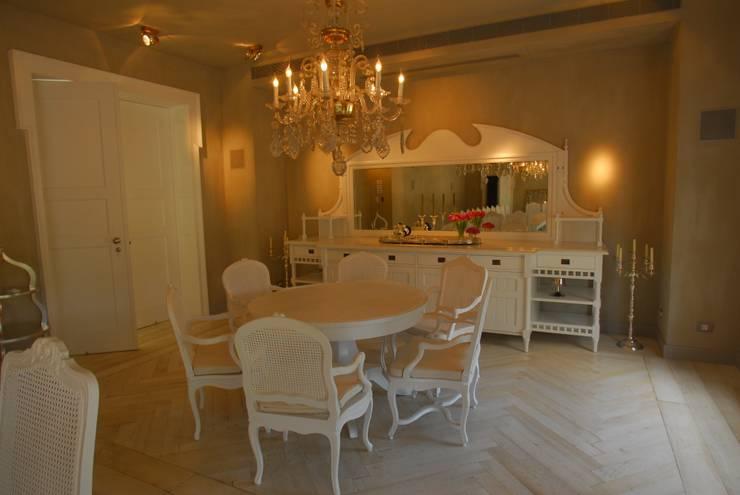 Villa in Tel Aviv: Sala da pranzo in stile  di Scultura & Design S.r.l.