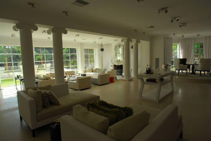 Villa in Tel Aviv: Soggiorno in stile  di Scultura & Design S.r.l.