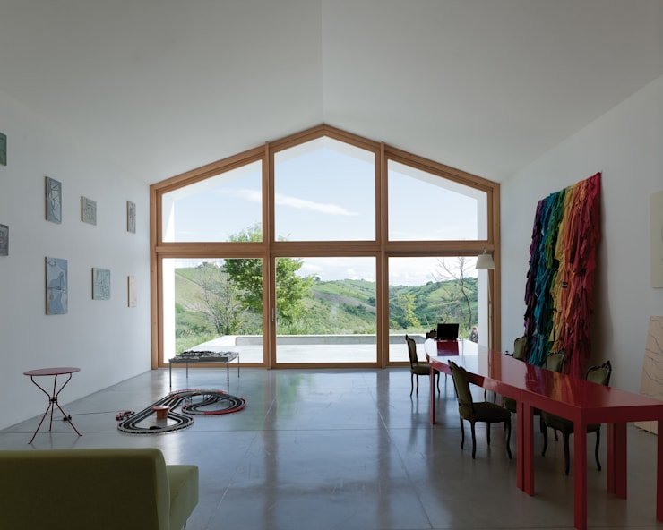 soggiorno-piscina-valle: Soggiorno in stile  di Studio Zero85