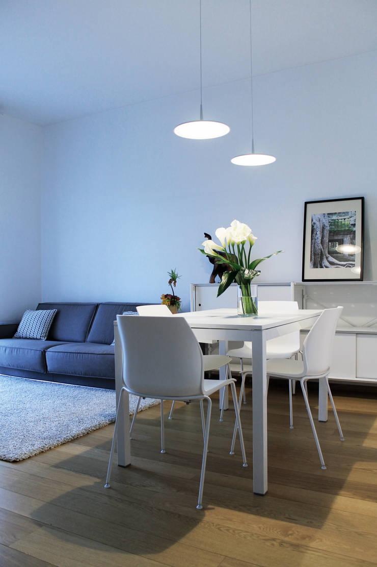 soggiorno: Soggiorno in stile  di Gru architetti