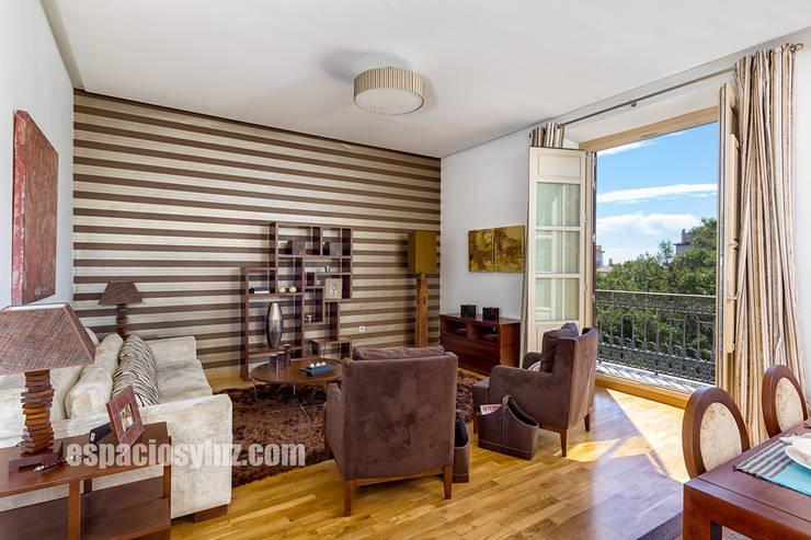 moderne Wohnzimmer von Espacios y Luz Fotografía