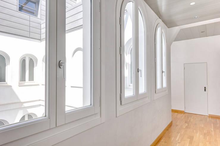 Puertas y ventanas de estilo  por Espacios y Luz Fotografía,