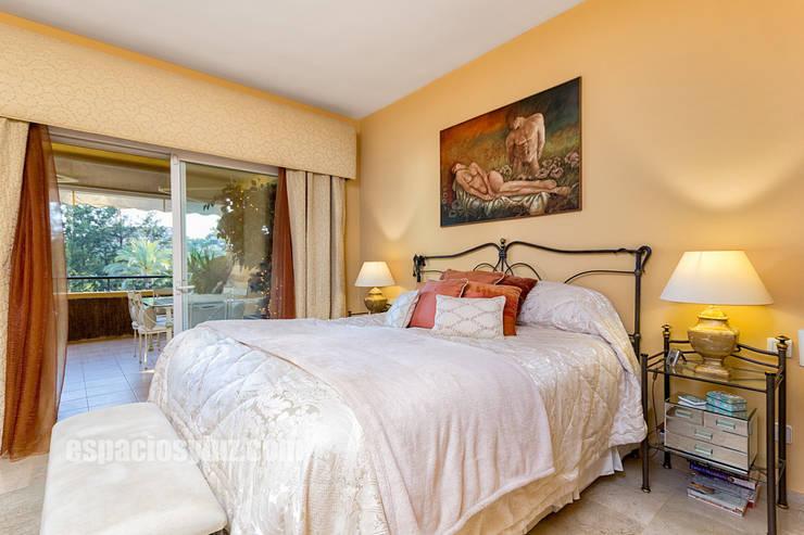 Apartamento lujo en Rio Real Golf, Marbella: Dormitorios de estilo mediterráneo de Espacios y Luz Fotografía