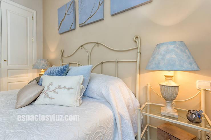 Apartamento lujo en Rio Real Golf, Marbella: Dormitorios de estilo  de Espacios y Luz Fotografía