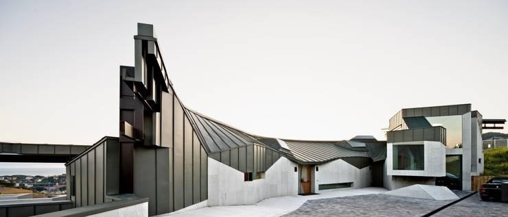 Casa Topográfica en Llavaneres: Casas de estilo  de MIAS Architects