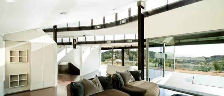 Casa Topográfica en Llavaneres: Salones de estilo  de MIAS Architects