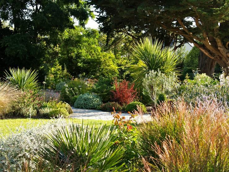 Jardin du Littoral: Jardin de style de style Classique par Landscapes & Cie