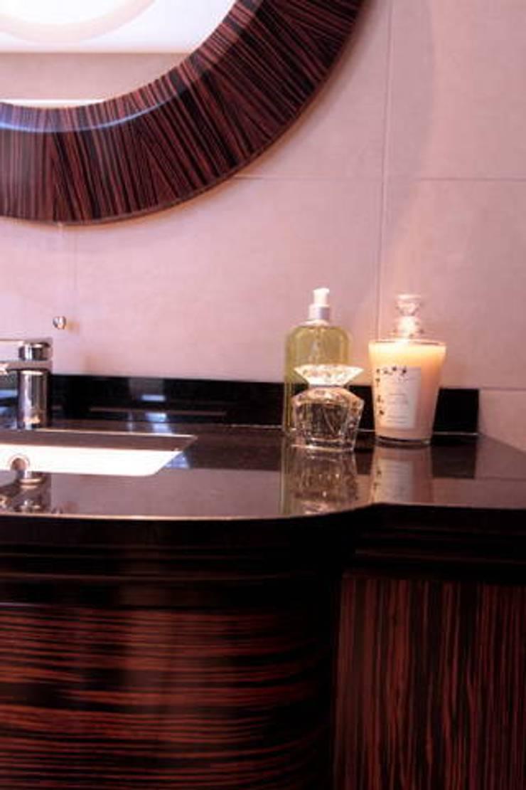 Hampstead :  Bathroom by kt-id ,