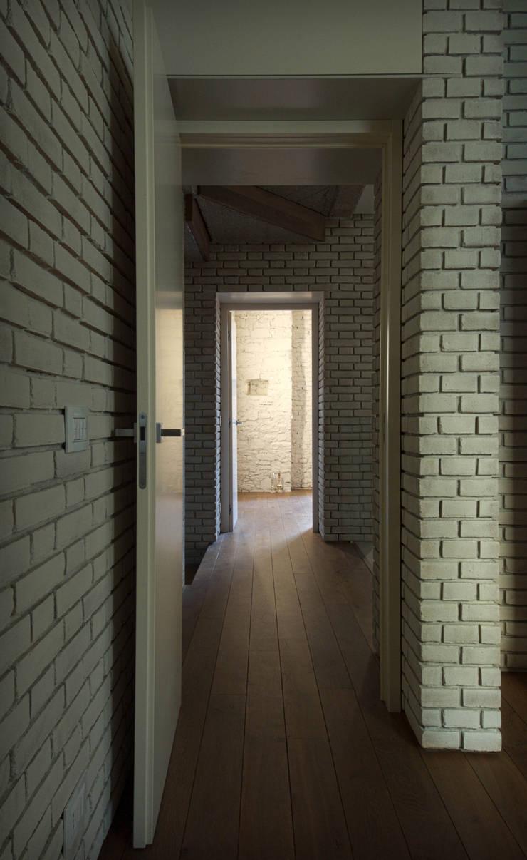 CASA G  Recupero di una villa : Ingresso & Corridoio in stile  di lorenzo guzzini