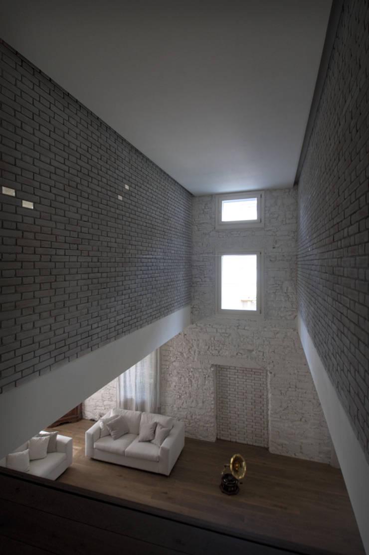 CASA G  Recupero di una villa : Camera da letto in stile  di lorenzo guzzini
