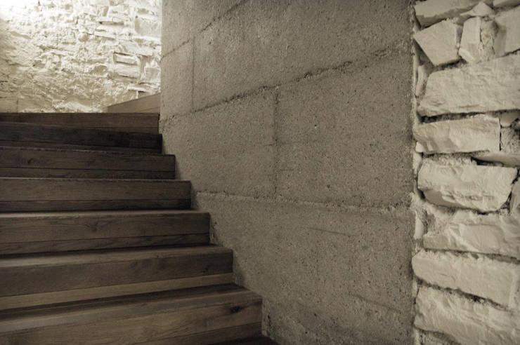 CASA G  Recupero di una villa : Ingresso, Corridoio & Scale in stile  di lorenzo guzzini