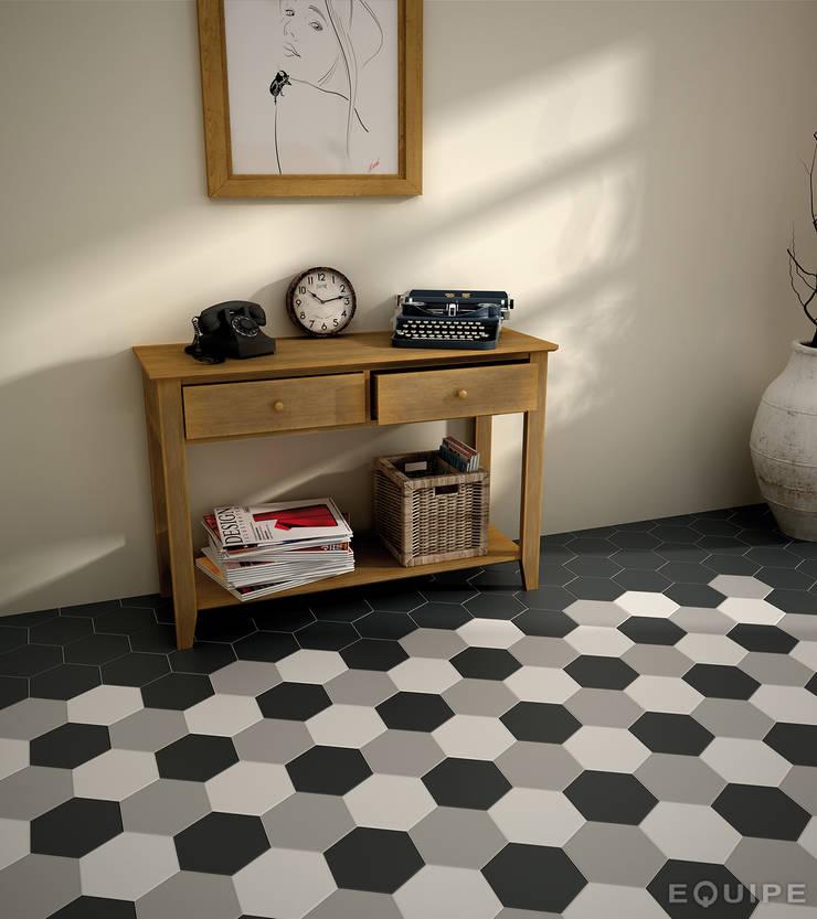 Hexatile Blanco, Gris, Negro mate 17,5x20: Pasillos y vestíbulos de estilo  de Equipe Ceramicas