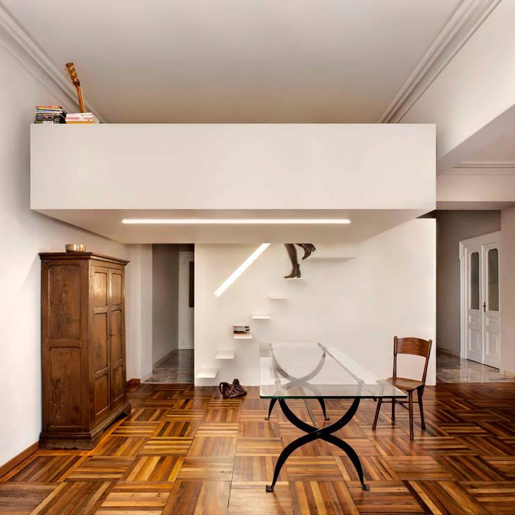 Salones de estilo moderno de studioata Moderno