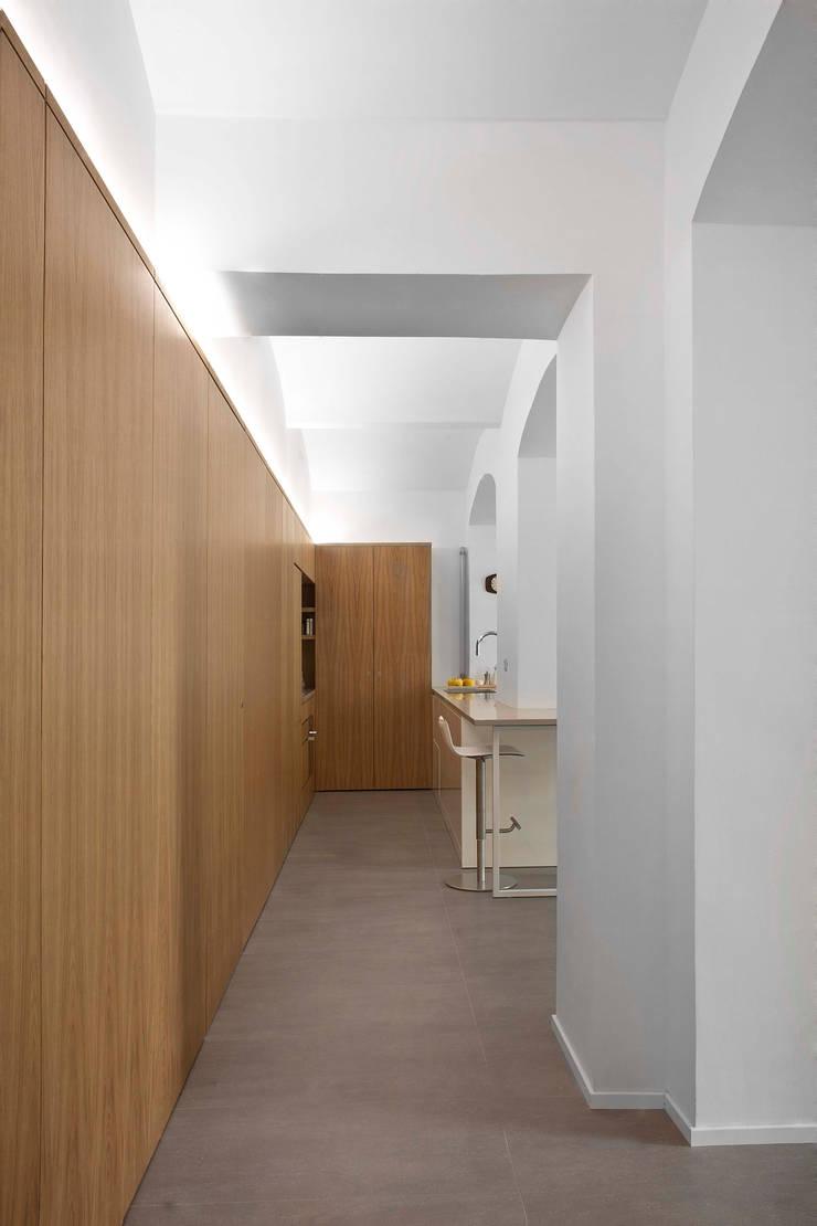 Pasillos y vestíbulos de estilo  por studioata, Moderno