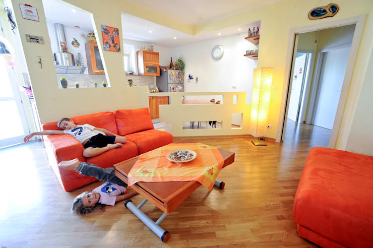 L Home: Soggiorno in stile  di LB Design e Allestimenti