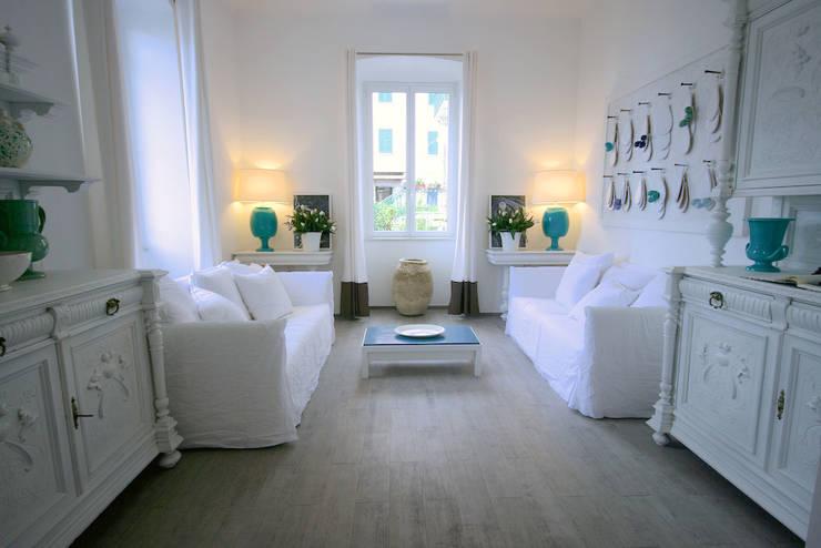 LUXURY GUEST HOUSE CA' DE TOBIA (NOLI - SV): Soggiorno in stile  di Studio Guerra Sas