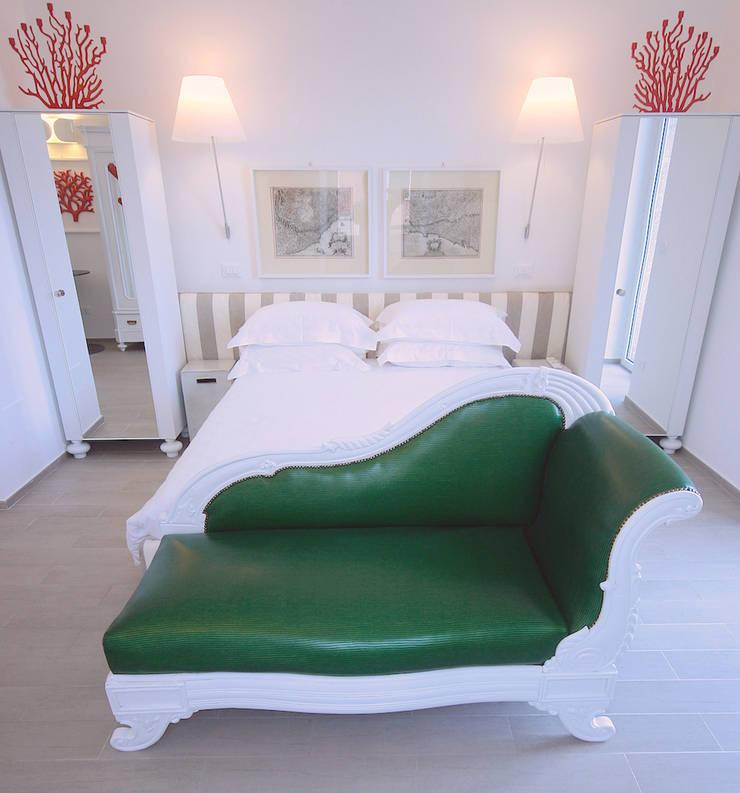 LUXURY GUEST HOUSE CA' DE TOBIA (NOLI – SV): Camera da letto in stile in stile Rustico di Studio Guerra Sas