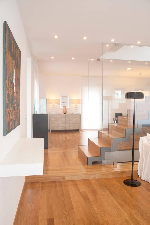 VILLA (BENEVENTO): Ingresso & Corridoio in stile  di Studio Guerra Sas