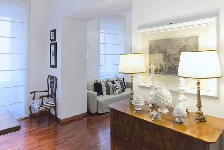 Phòng khách phong cách kinh điển bởi Studio Guerra Sas Kinh điển