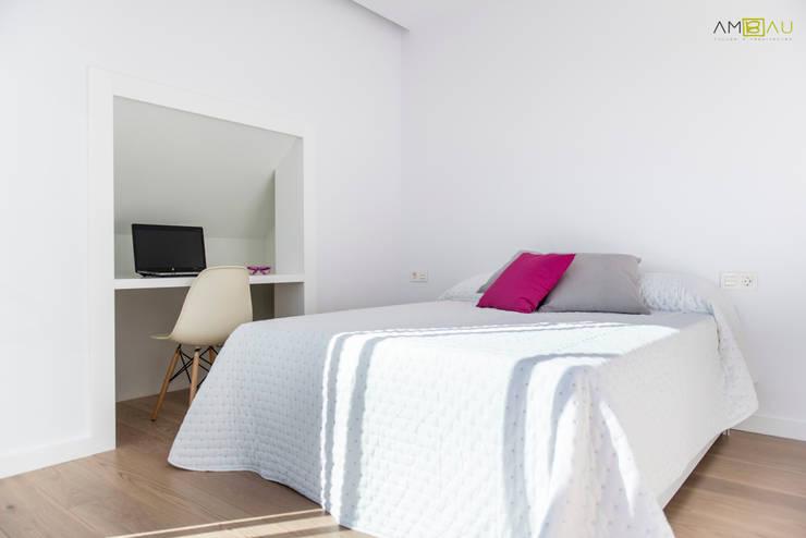 ATICO EN JOAQUIN COSTA: Dormitorios de estilo ecléctico de ambau taller d´arquitectes