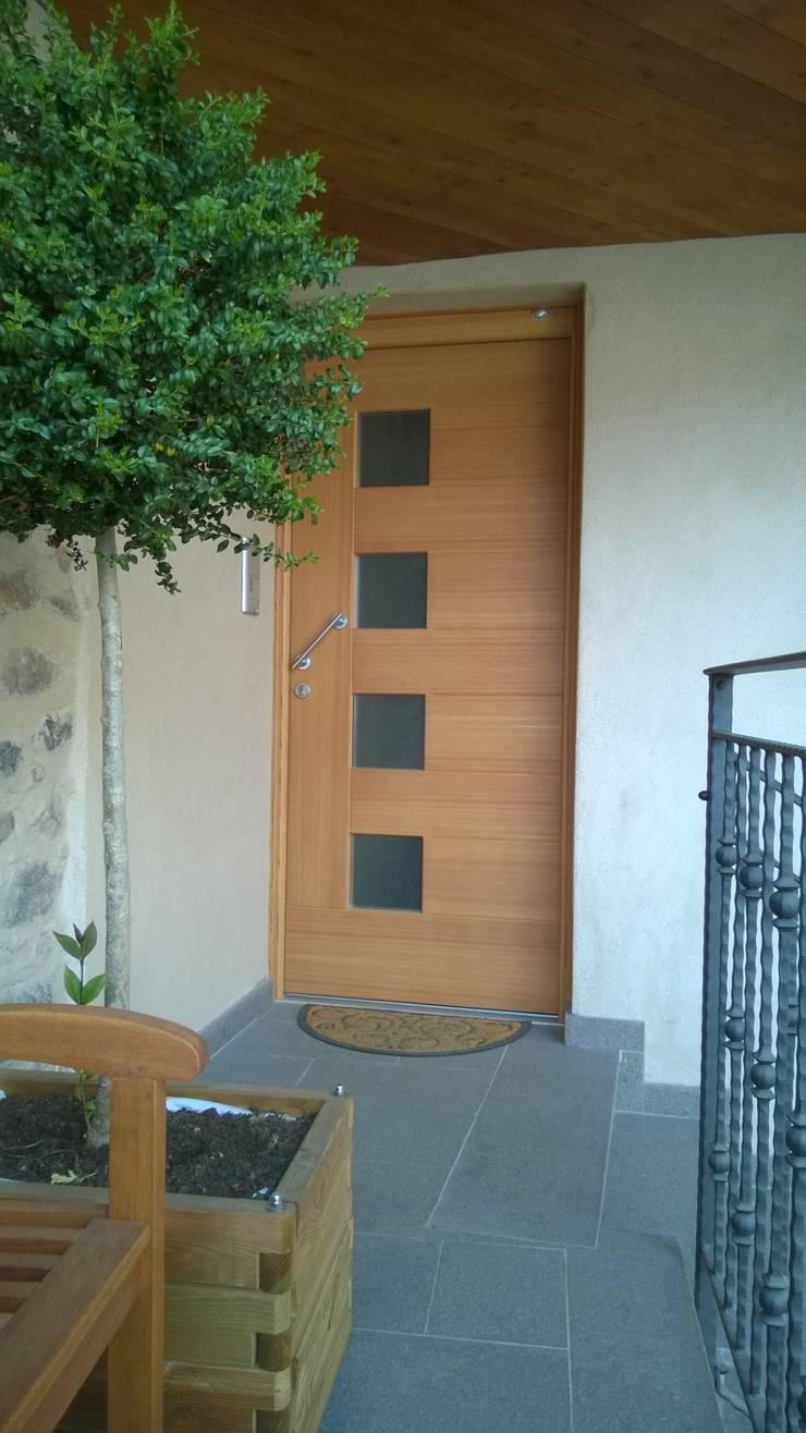 Portoncino Ingresso larice: Ingresso & Corridoio in stile  di Cubisoft