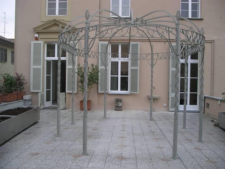 """"""" Classico con esuberanza """" - terrazza di pertinenza a dimora neoclassica: Terrazza in stile  di MASSIMO SEMOLA PROGETTAZIONE GIARDINI MILANO"""