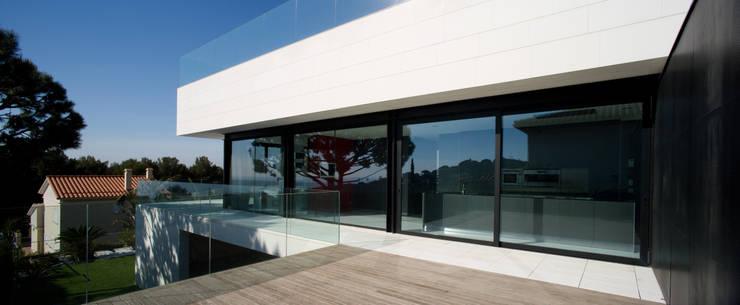 Casa Sevilla: Terrazas de estilo  de MARIO COREA ARQUITECTURA