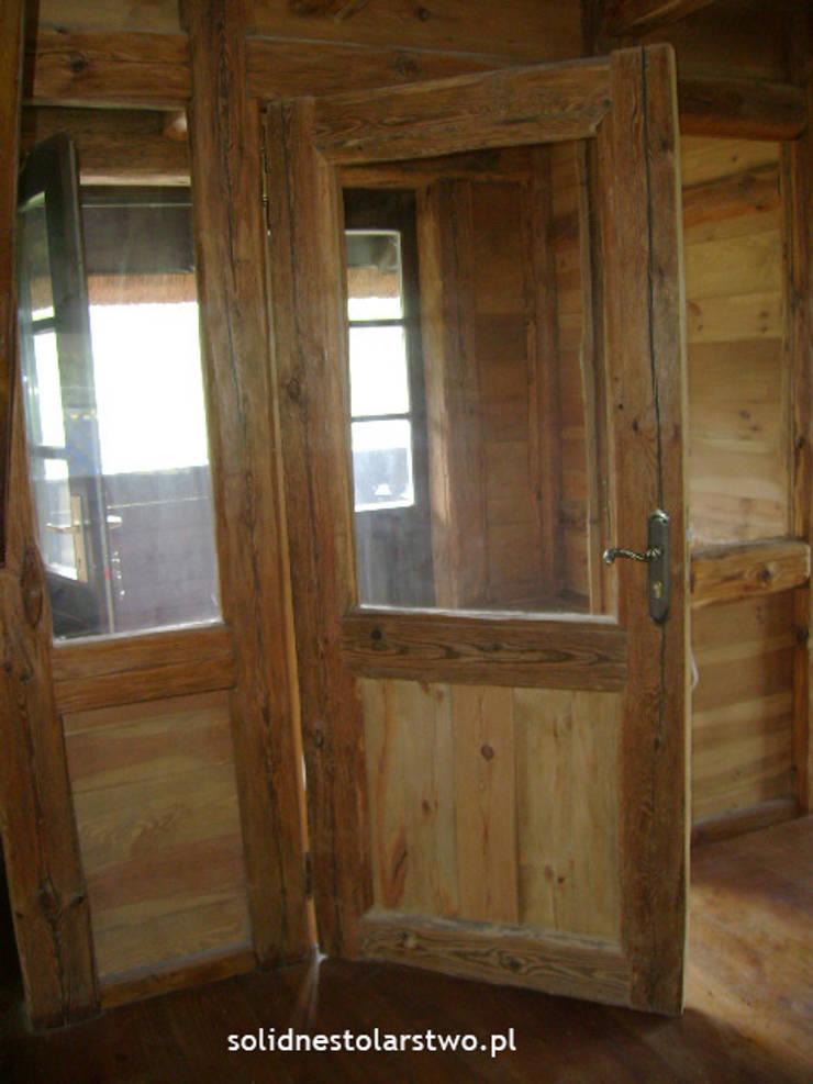 Drzwi drewniane, ręcznie rzeźbione: styl , w kategorii  zaprojektowany przez Zakład Stolarski Robert Latawiec,Wiejski