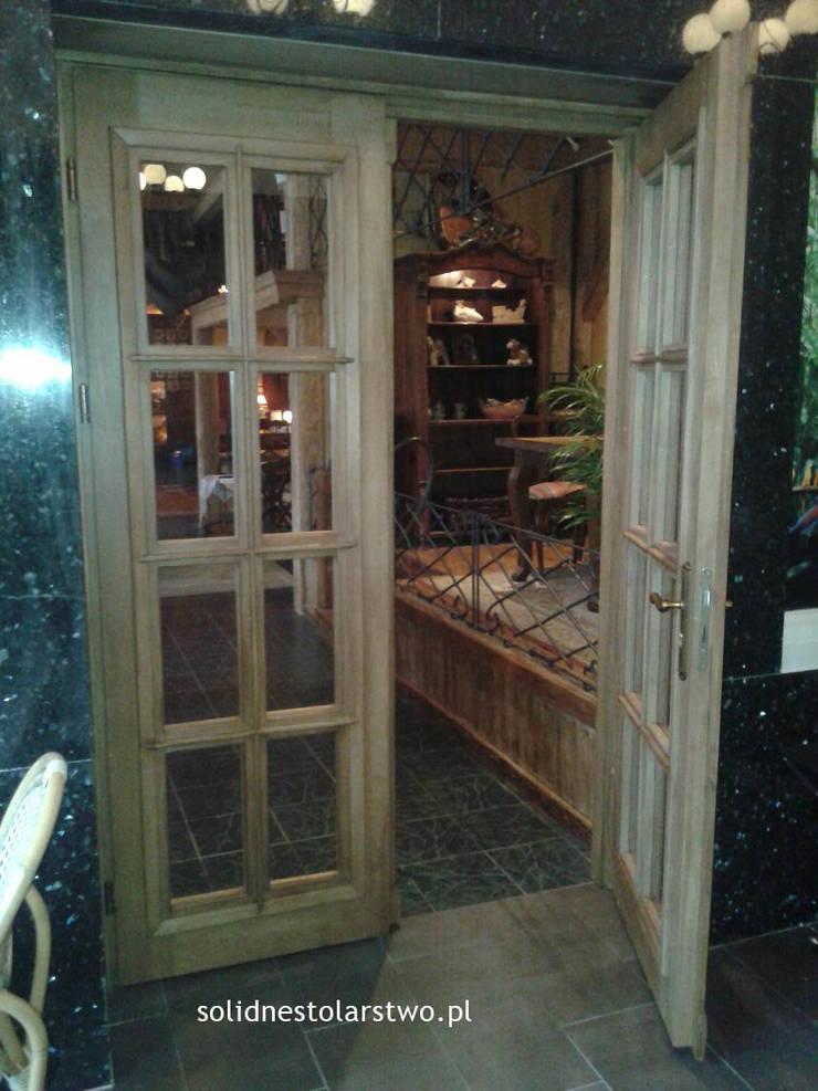 Drzwi drewniane, ręcznie rzeźbione: styl , w kategorii  zaprojektowany przez Zakład Stolarski Robert Latawiec,Klasyczny