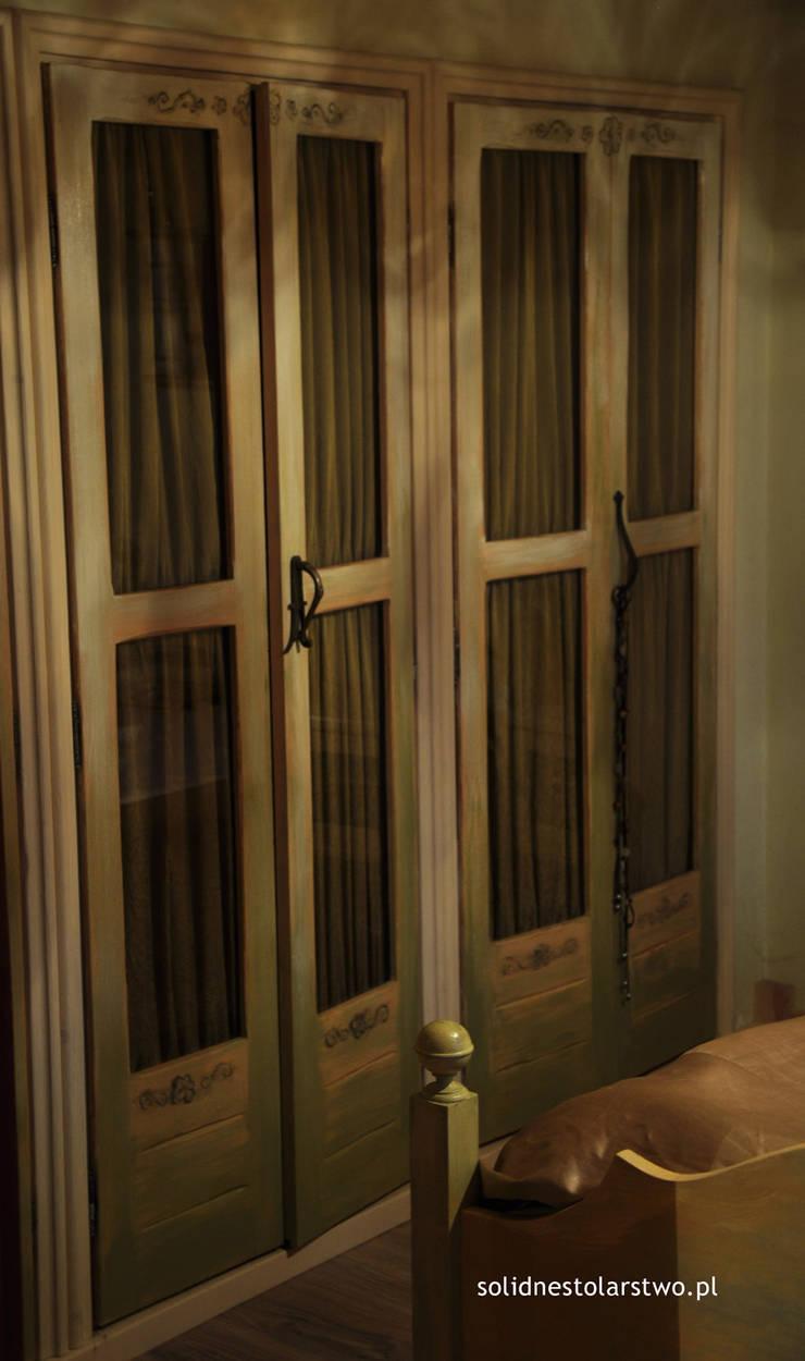 Drzwi szafy sypialnej: styl , w kategorii  zaprojektowany przez Zakład Stolarski Robert Latawiec,Rustykalny