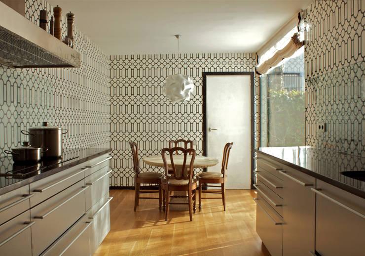 Cocina moderna: Cocinas de estilo ecléctico de Ines Benavides