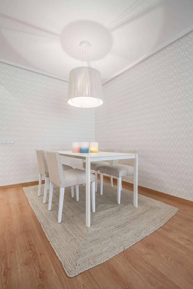 Sala da pranzo in stile  di Laura Yerpes Estudio de Interiorismo,
