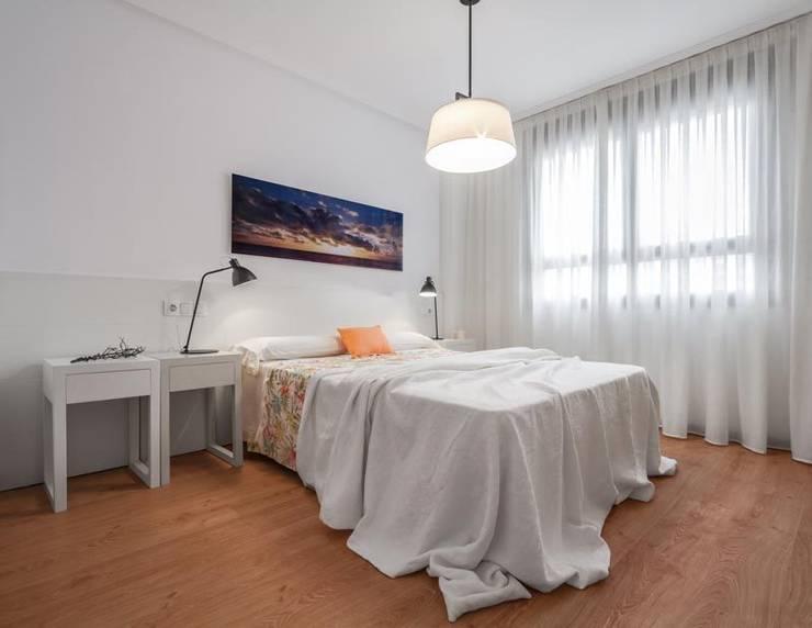 Estilo mediterráneo: Dormitorios de estilo mediterráneo de Laura Yerpes Estudio de Interiorismo