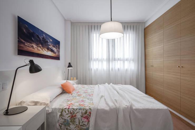 Dormitorio mediterráneo: Dormitorios de estilo  de Laura Yerpes Estudio de Interiorismo