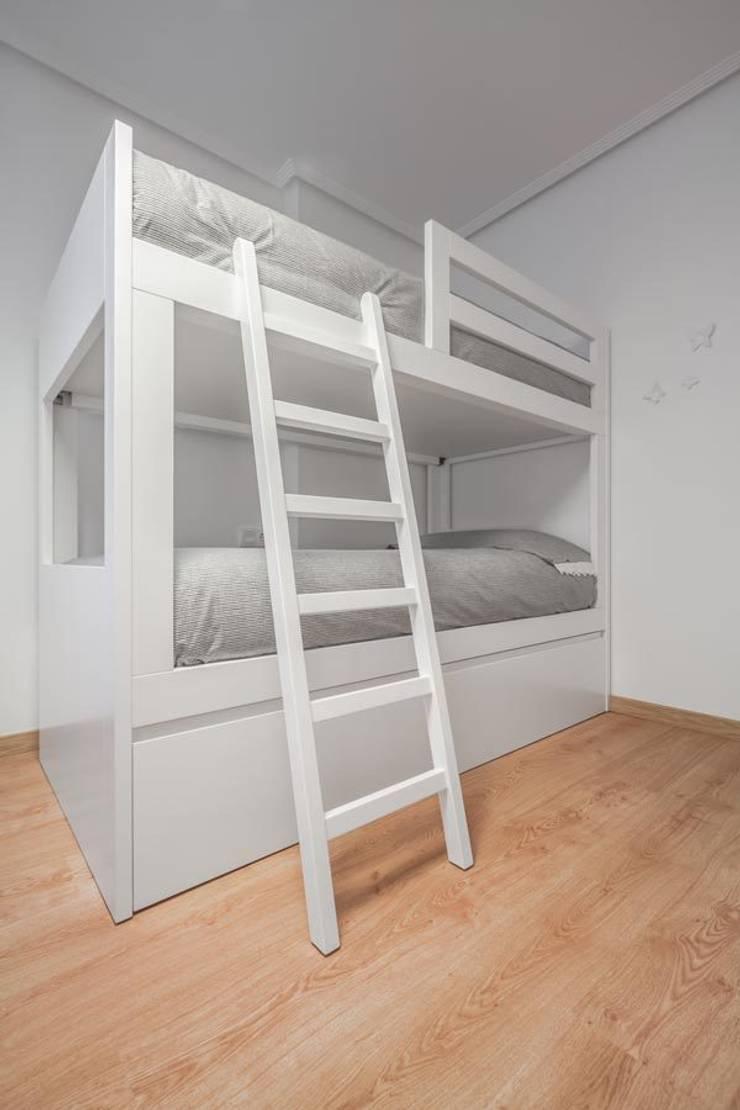 Estilo mediterráneo: Dormitorios infantiles de estilo  de Laura Yerpes Estudio de Interiorismo