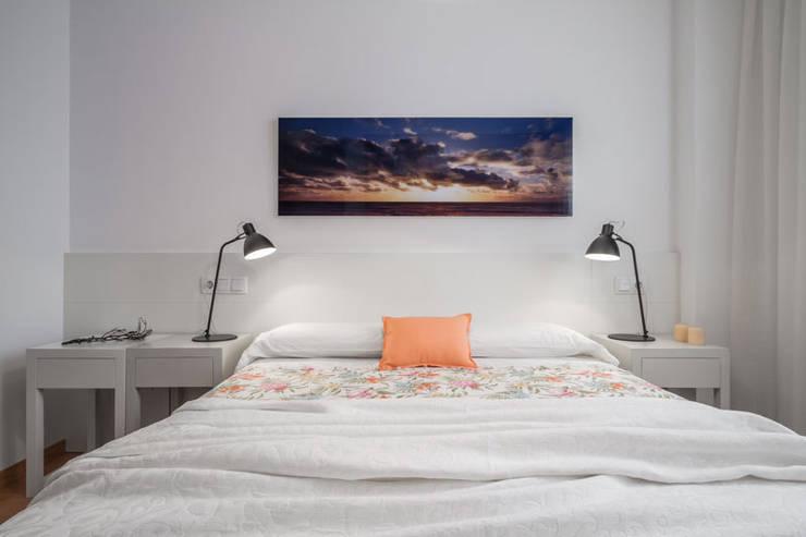 Dormitorio mediterráneo: Dormitorios de estilo mediterráneo de Laura Yerpes Estudio de Interiorismo