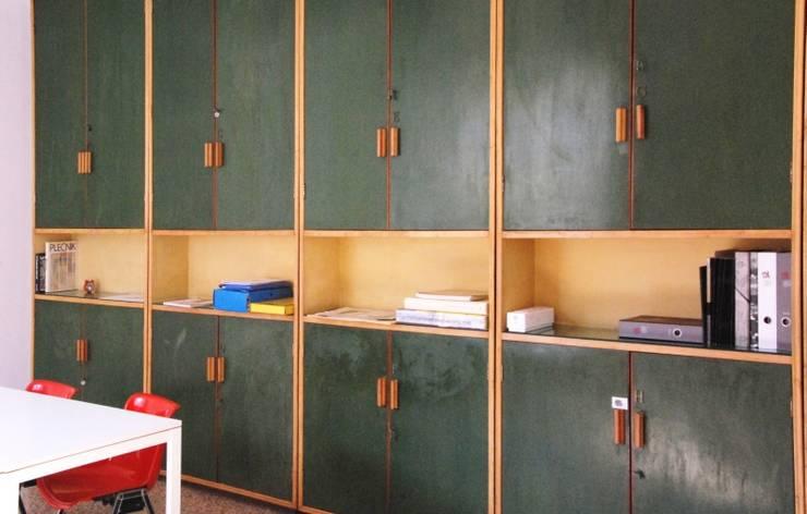 Meeting Room: Studio in stile in stile Moderno di Grooppo.org