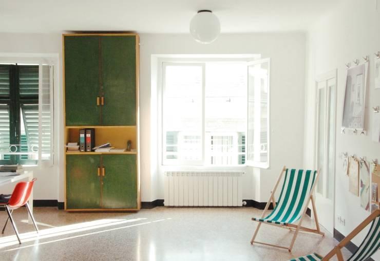 Stanza Principale: Studio in stile in stile Moderno di Grooppo.org