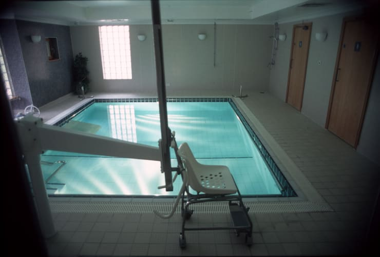 Parkside Hospital: modern Pool by London Swimming Pool Company
