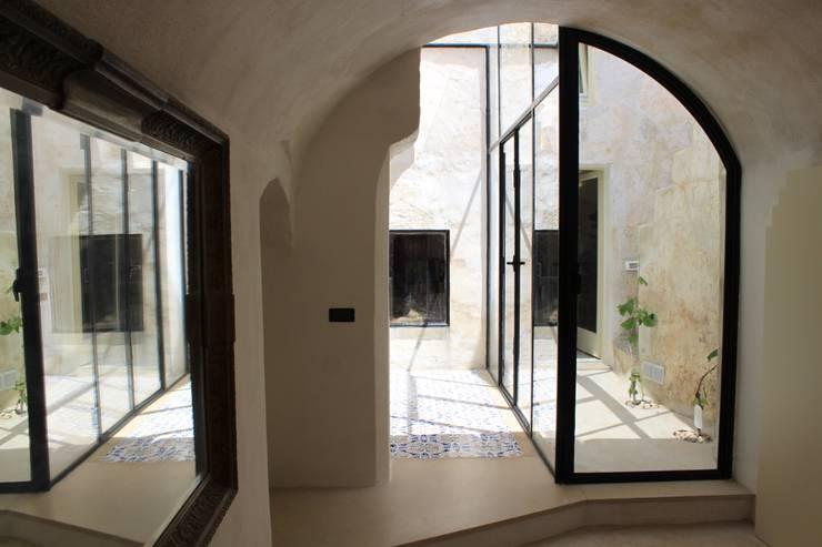 Via Chiesa 5: Ingresso & Corridoio in stile  di Studio Ricciardi Architetti