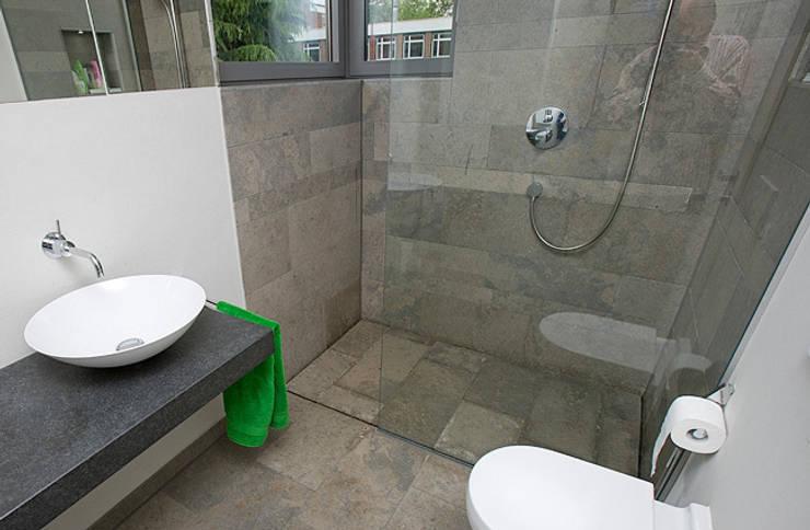 bodengleiche Dusche:  Badezimmer von baqua GmbH  Manufaktur für Bäder